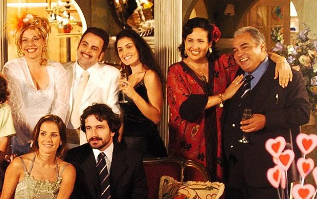 Guilherme Karam com parte do elenco em América (Foto: TV Globo / Renato Rocha Miranda)